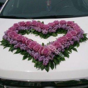 венки в форме сердец на капоте машины